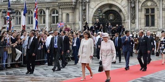 La reine Elisabeth II (à droite) ...