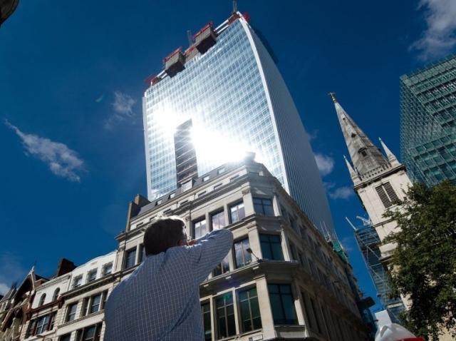 Panique à Londres ! Un immeuble encore en construction aveugle les passants du fait de l'effet de loupe créé par sa façade en verre. La tour est même accusée d'avoir fait fondre une Jaguar en projetant sur elle un puissant rai de lumière (Photo AFP / Léon Neal /nouvelobs.com).