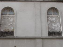 """""""Des baies magnifiques sur la rue  Cavé"""" (la Cour d'appel)."""