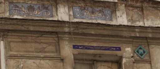24 rue Cavé : une corniche qui frise l'ironie (Photo GC août 2011).