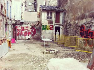 La délaissée du coin. ici la parcelle des 5-7 Myrha égakelent délaissée par l'architecte des bâtiments ed France. Photo Réseau friche, juillet 2014.