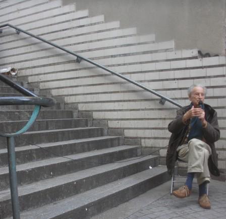 L'architecte Gérard Thurnauer au pied des escaliers Boris Vian.