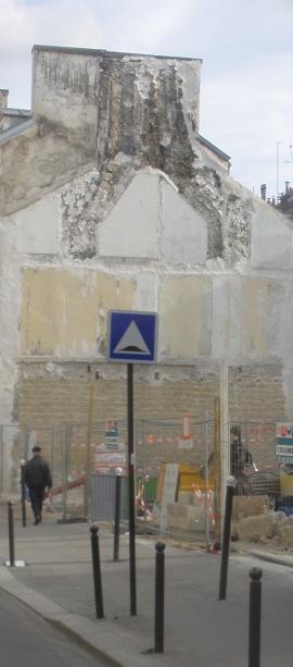 Dos d'âne devant démolition dommageable.
