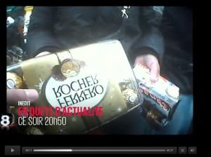 La journaliste Aline Hoorpah se fait vendre des chocolats de l'ambassadeur