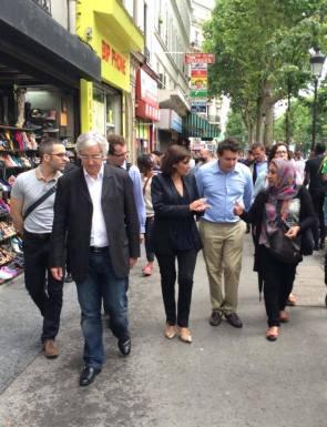 Le lendemain du 19 juillet 2014, la maire de Paris en plein désarroi sur les boulevards de Barbès (photo Anne Hidalho).