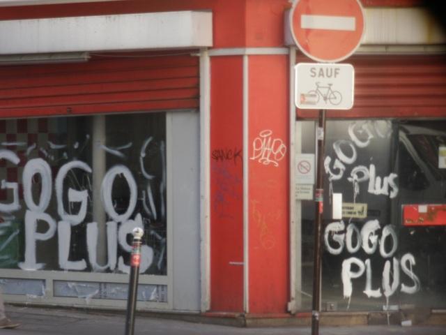 L'angle stratégique des rues Léon et de Panama/Suez devient bouique à gogos (Photo CGO août 2014).