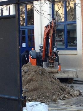 """""""Privilégier le passage en force"""" ? Les travaux dans la cour de l'école Saint Bernard durant les vacances de février (Photo MS)."""