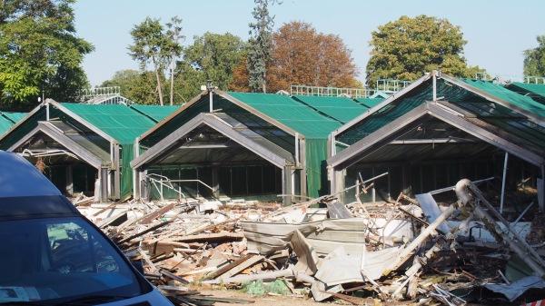 Une partie des serres d'Auteuil démolies mardi matin (image DR). À reconstruire vendredi matin ?