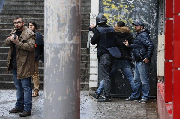 En vue de sa réhabilitation, la rue Boris Vian sous bonne garde (Reuters, janvier 2016).